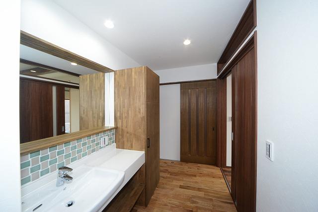 玄関横の洗面化粧台